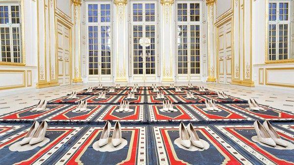 Escarpins et tapis de prière : l'oeuvre retirée de l'expo !